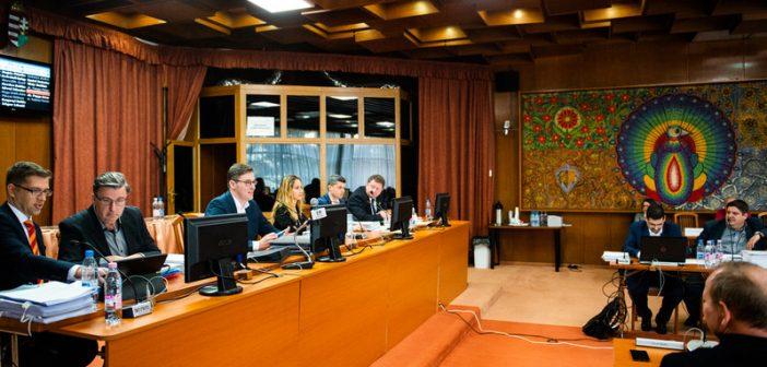 Káoszba fullasztotta a testületi ülést a Fidesz frakciója