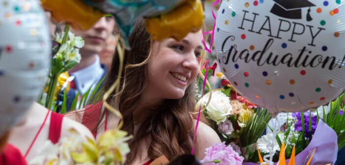 Boldog ballagó diáklány