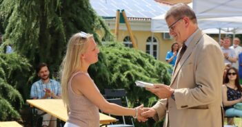 Velkey György főigazgató elismerést ad át