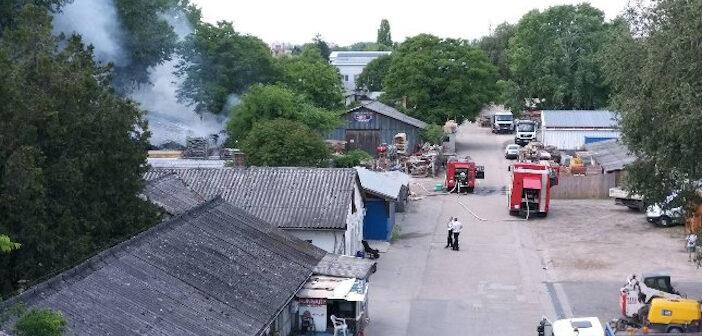 Oltják a bútorraktárat a tűzoltók Zuglóban