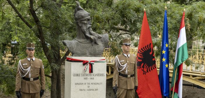 Felavatták Szkander bég szobrát a Városligetben