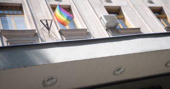 Szivárvány zászló az önkormányzat épületén