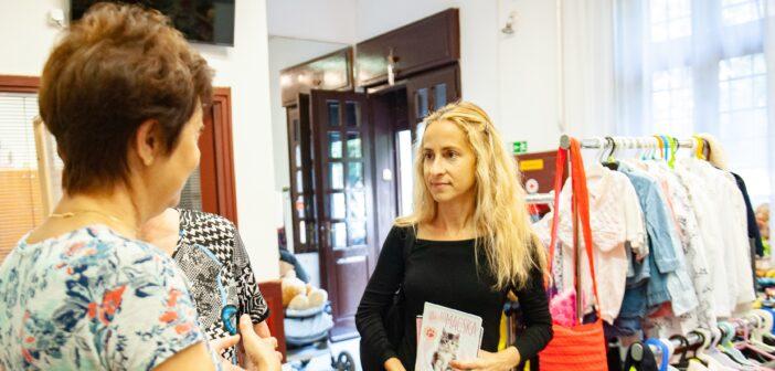 Szabó Rebeka tanszereket visz az adománygyűjtésre