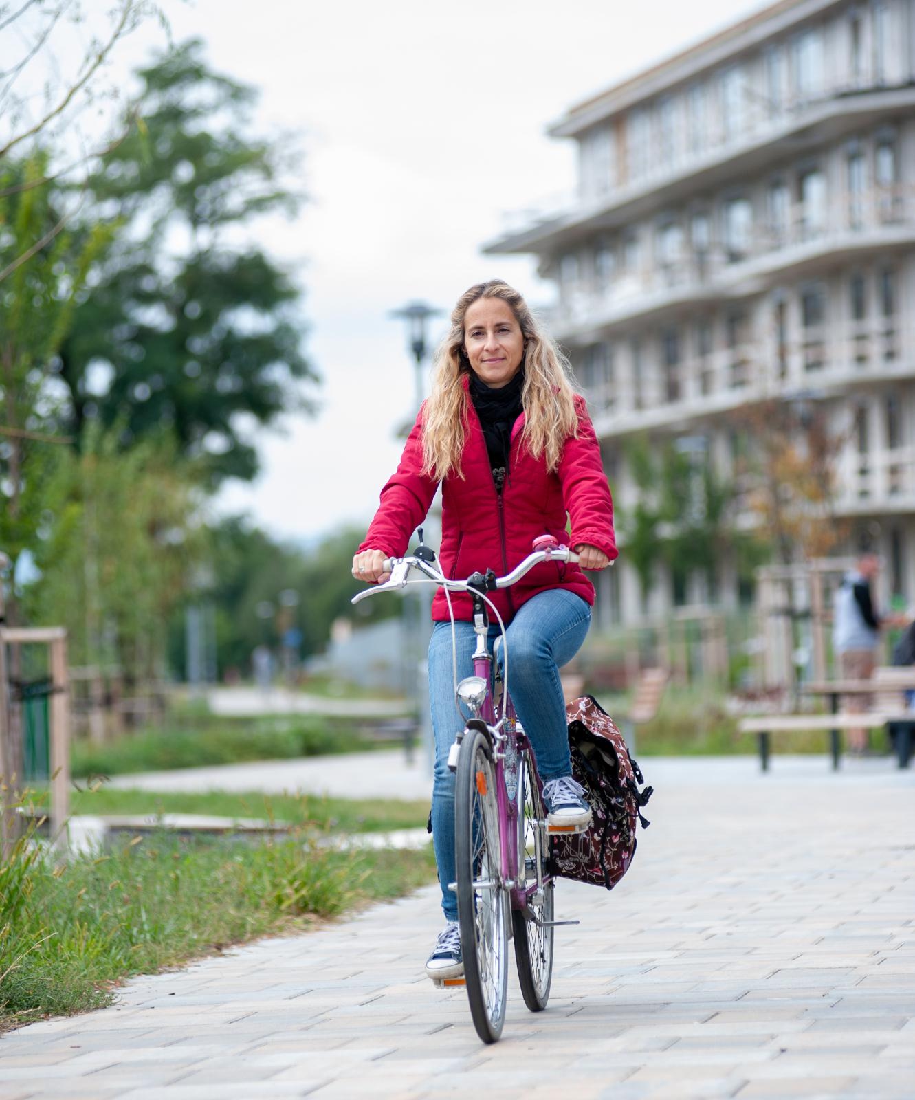 Szabó Rebeka alpolgármester kerékpáron - fotó