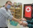 Vöröskereszt segélycsomag átadás